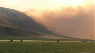 Több ezer kilométerről érkezik segítség a kanadai tűzoltóknak, akik több mint egy hete küzdenek az erdőtüzekkel British Kolumbiában. Asztrál önkéntesek mennek, így akarják viszonozni a kanadai tűzoltók korábbi segítségét. A csapat a nyugati-parti Vancouverbe repül, ott csatlakoznak a helyi egységekhez. Az erdőtüzek egyre nagyobb területeken pusztítanak és egyre több kárt okoznak. Az oltás azért nehéz, mert elég erős szél fúj a környéken, így a tűz viszonylag gyorsan terjed.Több tízezer emb…BŐVEBBEN: http://hu.euronews.com/2017/07/19/ausztralok-segitenek-a-kanadai-tuzoltasbaneuronews: Európa legnézettebb hírcsatornájaIratkozzon fel! http://www.youtube.com/subscription_center?add_user=euronewsHungarianAz Euronews elérhető 13 nyelven: https://www.youtube.com/user/euronewsnetwork/channelsMagyar: Website: http://hu.euronews.com/Facebook: https://www.facebook.com/euronewsTwitter: http://twitter.com/euronewshu