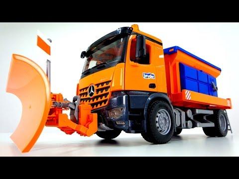 Toys. Видео для детей. Большая машина Bruder убирает снег и сыпет песок (видео)