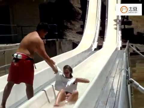 玩滑水道真的要小心... 女生不慎泳衣脫落...