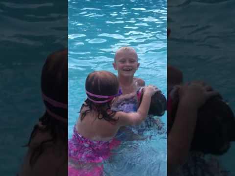 Little girls gets jealous of boy holding friend (видео)