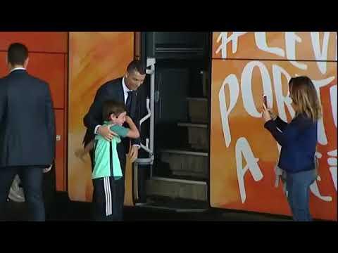 Мальчик решил, что шанс встретиться с кумиром упущен, но Криштиану Роналду вышел из автобуса, чтобы утешить молодого фаната