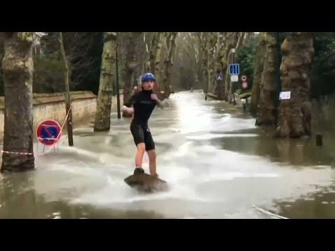 Das Beste draus machen: Wassersport auf Pariser Straß ...