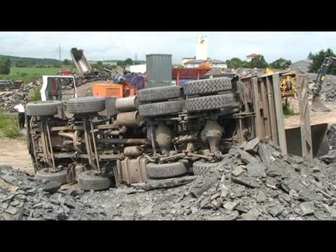 Korbach: Lkw kippt im Industriegebiet um