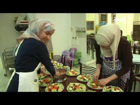 العرب اليوم - شاهد:مطاعم الرحمة الجزائرية تقدّم الطعام للمحتاجين بجهود شباب متطوعين