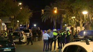 A polícia da Catalunha informou nesta sexta-feira que foram identificados os cadáveres de três marroquinos membros da célula que cometeu os atentados de Barcelona e Cambrils e um quarto suspeito está sendo procurado. Perto das Ramblas, local do ataque em Barcelona, houve tumulto durante um protesto entre grupos de extrema-direita e de esquerda.
