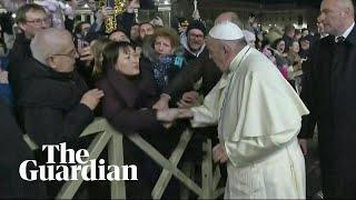 Kobieta przyciągnęła do siebie papieża. Franciszek musiał użyć siły, by się oswobodzić