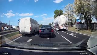 Agresja na drodze. Seba bije kierowcę Audi i wyrzuca jego klucze na ulicę.