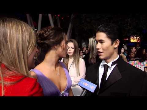 Fivelstewart - Breaking Dawn Premiere Photos! http://bit.ly/simMS2 http://Facebook.com/ClevverTV - Become a Fan! http://Twitter.com/ClevverTV - Follow Us! Dana Ward caught ...
