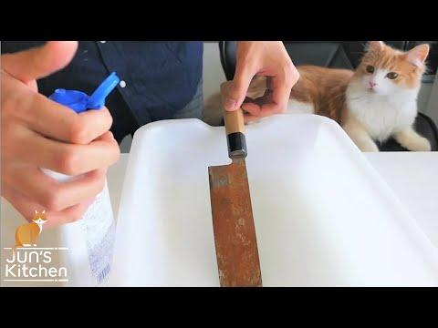 Японец чистит ржавый нож