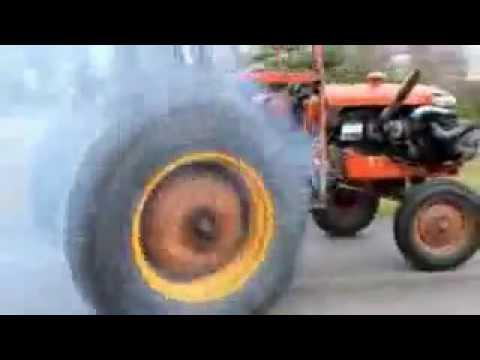 Tractor en hornillos del camino