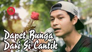 Video So Sweet.. Nyanyi Lagu Romantis, Pengamen Ini Mendapatkan Bunga Mawar Dari Cewek Cantik MP3, 3GP, MP4, WEBM, AVI, FLV Desember 2017