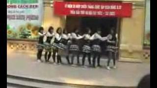 Nu sinh Phan Dinh Phung nhay aerobic