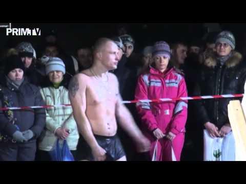 Пьяные люди на крещенском купании во Владивостоке