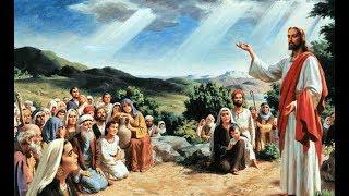 """Leia o Evangelho deste domingo e em seguida escute a homilia do Padre Rodrigo Maria:Anúncio do Evangelho (Mt 9,36-10,8)— O Senhor esteja convosco.— Ele está no meio de nós.— PROCLAMAÇÃO do Evangelho de Jesus Cristo + segundo João.— Glória a vós, Senhor.Proclamação do evangelho de Jesus Cristo segundo Mateus – Naquele tempo, 36vendo Jesus as multidões, compadeceu-se delas, porque estavam cansadas e abatidas como ovelhas que não têm pastor. Então disse a seus discípulos: 37""""A messe é grande, mas os trabalhadores são poucos. 38Pedi, pois, ao dono da messe que envie trabalhadores para a sua colheita!""""10,1Jesus chamou os doze discípulos e deu-lhes poder para expulsarem os espíritos maus e para curarem todo tipo de doença e enfermidade. 2Estes são os nomes dos doze apóstolos: primeiro, Simão, chamado Pedro, e André, seu irmão; Tiago, filho de Zebedeu, e seu irmão João; 3Filipe e Bartolomeu; Tomé e Mateus, o cobrador de impostos; Tiago, filho de Alfeu, e Tadeu; 4Simão, o zelota, e Judas Iscariotes, que foi o traidor de Jesus. 5Jesus enviou esses doze com as seguintes recomendações: """"Não deveis ir aonde moram os pagãos nem entrar nas cidades dos samaritanos! 6Ide, antes, às ovelhas perdidas da casa de Israel! 7Em vosso caminho, anunciai: 'O reino dos céus está próximo'. 8Curai os doentes, ressuscitai os mortos, purificai os leprosos, expulsai os demônios. De graça recebestes, de graça deveis dar!""""— Palavra da Salvação.— Glória a vós, Senhor."""
