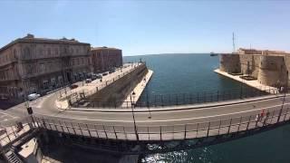 Una ripresa dall'alto del Ponte Girevole e del Castello Aragonese (e altre location) di Taranto.