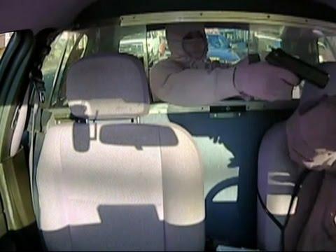 他拿出槍指著計程車司機搶完錢後還嫌對方給太少,一直大吼時卻沒發現到身後已經有人在靠近…