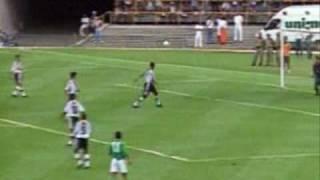 O atacante Romário marcou dois gols e foi o destaque da vitória do Vasco por 4 a 1 sobre o Raja Casablanca, de Marrocos, ontem, no Maracanã, em partida preparatória para o 1º. Campeonato Mundial de Clubes da Fifa. O time carioca estréia no dia 6, no Maracanã, contra o South Melbourne, da Austrália, enquanto o marroquino enfrenta o Corinthians, dia 5, no Morumbi. O amistoso de ontem também marcou a estréia do zagueiro Júnior Baiano com a camisa do time.Com objetivo de tornar o time mais ofensivo, o técnico Antônio Lopes alterou a forma de jogar do Vasco. O treinador promoveu a volta de Felipe ao meio-de-campo no lugar de um volante, deixando apenas Amaral fixo na marcação. O resultado foi satisfatório.Escalação - Vasco: Carlos Germano, Jorginho, Júnior Baiano, Mauro Galvão (Odvan), Gilberto, Amaral, Felipe, Juninho (Paulo Miranda), Ramón (Alex Oliveira), Donizete (Viola) e Romário.Técnico: Antônio Lopes.Raja Casablanca (Marrocos): Chadili, El Karkouri, El Haimeur, Misbah (Nater), Safri, Jrindou, Moustaoudia, Aboub, Khoubbache (Achami), Mejjary, Ereyahi (El Moubarki).Técnico: Luís Fullones.Gols: Gilberto (Vasco 8/1ºT), Romário (Vasco 18/1ºT), Aboub (Raja 33/1ºT), Odvan (Vasco 23/2ºT) e Romário (Vasco 47/2ºT).Árbitro: Amaurilio Machareth Sá Leão.Local: Maracanã (Rio de Janeiro, RJ).Data: 29/12/1999.Público: Não informado.