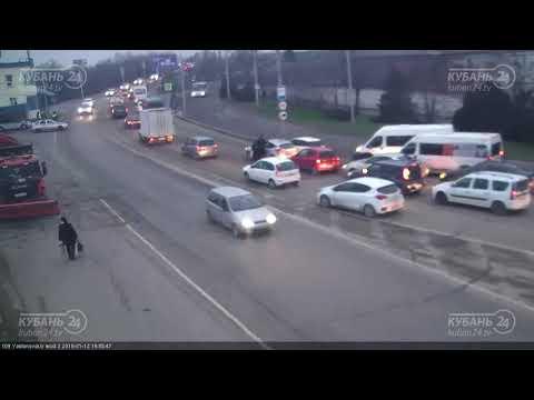 ДТП на Яблоновском мосту  и ул. Индустральная д.1 12.01.2017 - DomaVideo.Ru