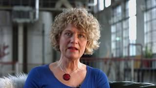 Ella Lobregt- van Buuren (GZ-psycholoog i.o. tot klinisch psycholoog) vertelt over de eerste gecontroleerde studie naar de effectiviteit van EMDR bij volwassenen met een autismespectrumstoornis (ASS). In haart studie heeft zij onderzoek verricht naar de effectiviteit van maximaal 8 sessies EMDR bovenop treatment as usual (TAU) in het verminderen van traumagerelateerde klachten en algemene psychopathologieklachten. Haar hypothese was dat deze symptomen significant zouden verminderen na behandeling met EMDR in vergelijking tot TAU en dat de resultaten behouden zouden blijven na 6 tot 8 weken follow up. Ook onderzochten ze of autismekenmerken zich op mildere wijze manifesteren na behandeling met EMDR.De resultaten laten een significante vermindering zien van traumagerelateerde klachten, algemene psychopathologieklachten en autismekenmerken na de behandeling met EMDR. Ook na 8 weken waren de veranderingen nog steeds aanwezig.Meer informatie, zie: http://www.emdrcongres.nl/speakers/ella-lobregt/