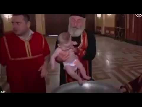 格魯吉亞東正教給嬰兒洗禮,大主教一天洗了700多個寶寶。