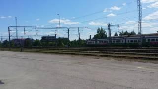Tavarajuna T3025 (Tampere-Kouvola) ja Taajamajuna H1315 ainoa vihreä Sm2 (Riihimäki-Lahti) kiihdytyskisassa Lahen...