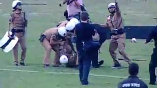 A torcida do Coritiba transformou o gramado do estádio Couto Pereira em uma praça de guerra após o empate por 1 a 1 com o...