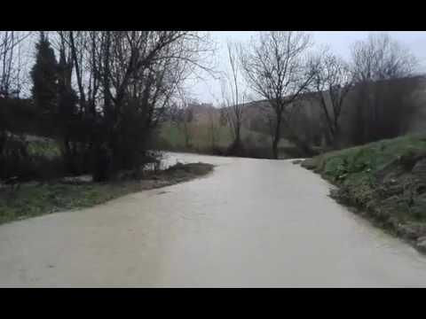 Mosciano, tracima fosso Cerreto. Strada invasa dall'acqua (SERVIZIO/FOTO)
