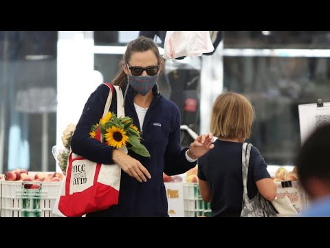 Jennifer Garner Supports Local Businesses By Shopping At The Farmer's Market