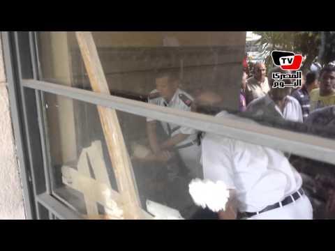 عميد شرطة يشارك الأهالى فى ضرب أحد متظاهرى الإخوان أثناء إلقاء القبض عليه