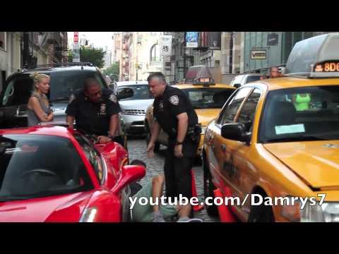 超跑車主不理開單中的警察要強行開車離開,結果下一秒他就成為全世界嘲笑的對象!