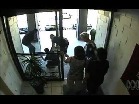 澳洲最笨的賊! 打劫後撞玻璃門昏倒!