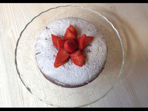 Torta al cacao soffice con fragole e caff� (vegana)