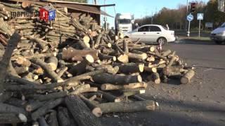 В Мариуполе перевернулся «Камаз» с дровами