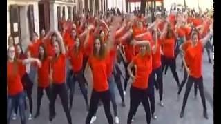 Táncos lányok az utcán