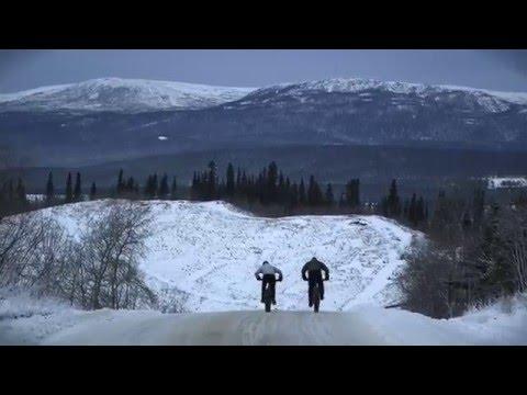 Vélo de montagne d'hiver à Whitehorse au Yukon