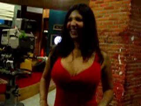 Gloria Ordoñez dando brinquitos