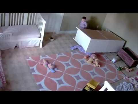 Deux jumeaux escalade une commode quand elle tombe sur l'un d'entre eux...