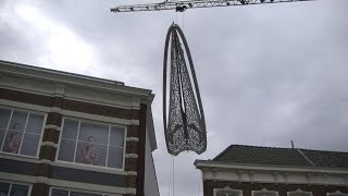 Walvisschedel bungelt boven centrum Leeuwarden