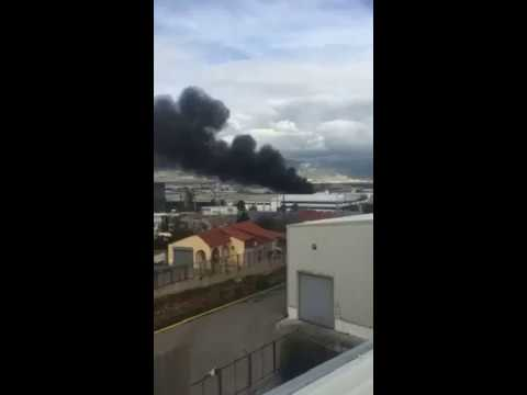 Video - Ένας νεκρός από φωτιά σε εργοστάσιο στη Μάνδρα (βίντεο)