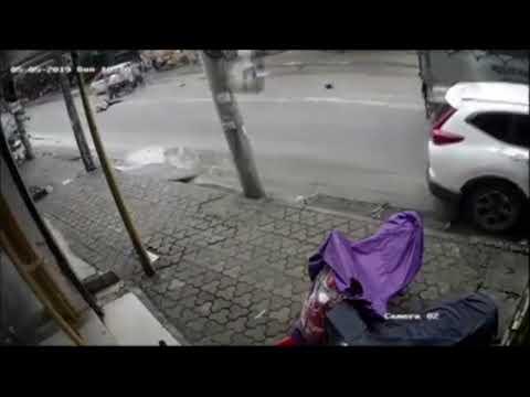 Tài xế Kia Morning mở cửa bất cẩn hất người đi xe máy xuống gầm ô tô tải @ vcloz.com