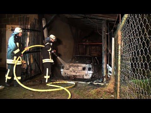 Brandstiftung? Auto und Schuppen in Flammen
