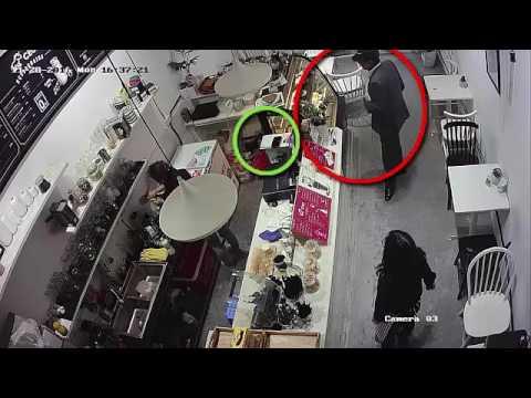 Người đàn ông lấy trộm chiếc điên thoại trước mặt nhân viên bán hàng
