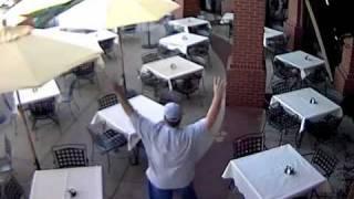 Елен нахлу с гръм и трясък в ресторант.