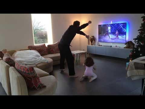 老爸架了隱藏攝影機紀錄和4歲女兒獨處時都在幹嘛…媽媽回家一看到影片當場好氣又好笑!