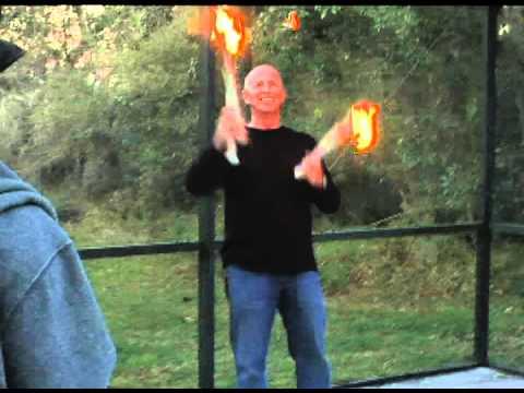 video de un malabarista que juega con fuego