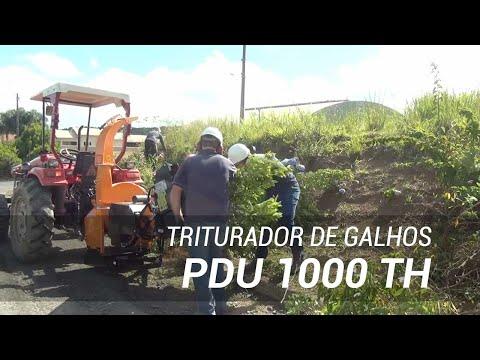 Triturador de galhos triturando podas em área urbana PDU 1000  TH