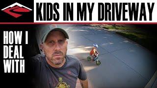 Dzieciak codziennie jeździł mu po podjeździe na rowerku