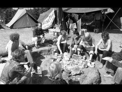 """Jens Peter fortæller sin egen historie om at være med i """"Det ny Samfund"""" som havde købt en gård i Frøstrup i Thy. Her skulle der skulle være en musik festival lige som Woodstock eller Isle of Wight, som vi havde hørt om. Der måtte jeg være med."""