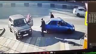 Jednym celnym łokciem położył dwóch cwaniaków. Szybka akcja na ulicy