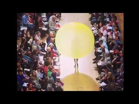 Επίδειξη μόδας με φορέματα... μπαλόνια